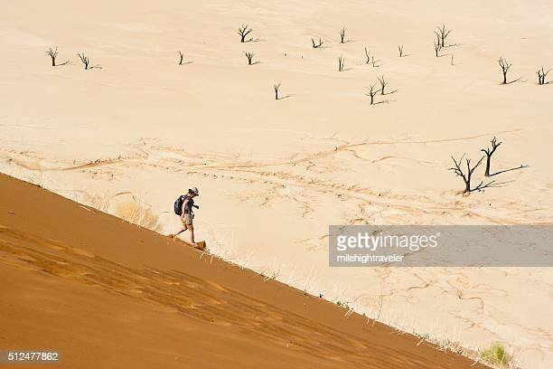 Sandales femme en bas dune de sable du Namib Sossusvlei arbres en Namibie.