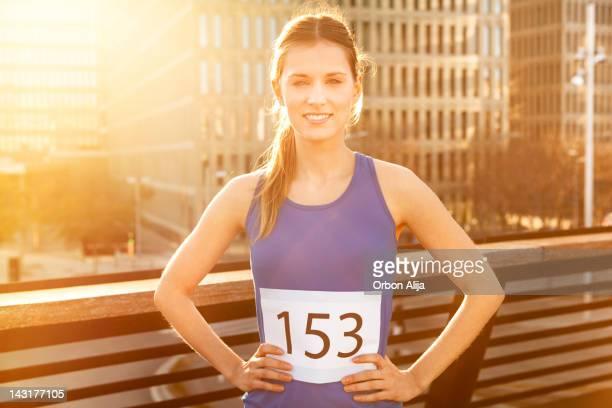 Mujer sonriendo después de una maratón