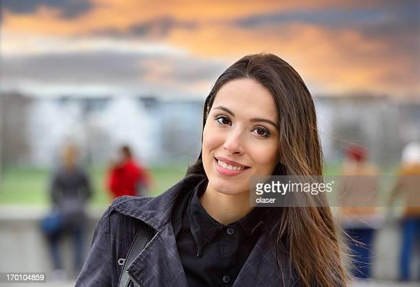 Mulher a sorrir para a câmara