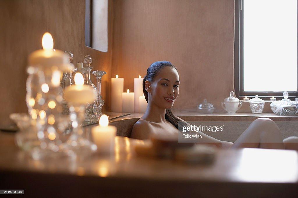 Woman soaking in bathtub : Bildbanksbilder