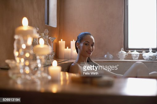 Woman soaking in bathtub : Stockfoto
