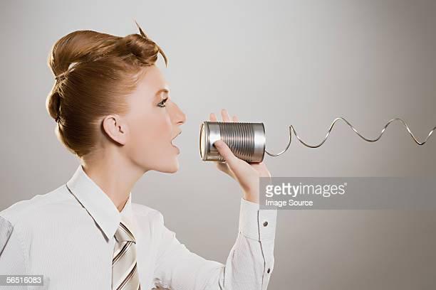 Frau sprechen in Dosentelefon