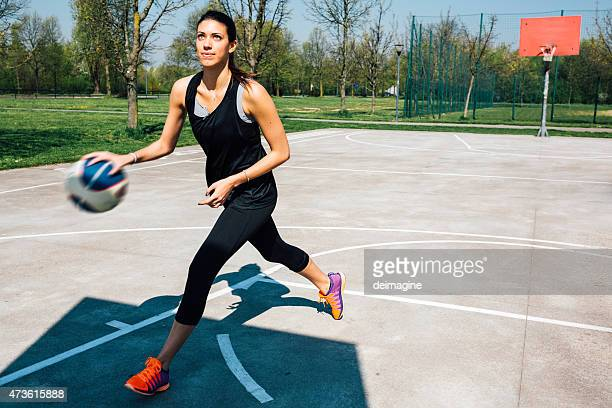 Frau Sport training im basketball-Platz