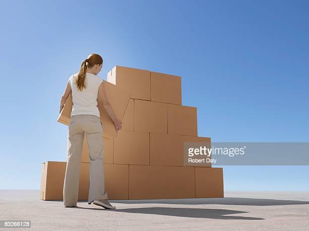 Frau Stapeln Boxen in der Wüste