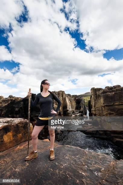 Frau stand neben einem canion