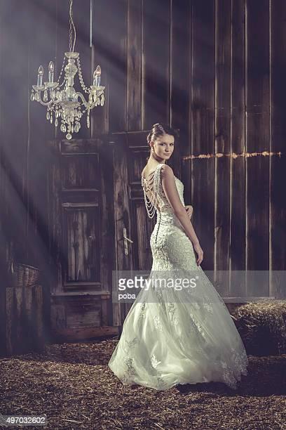 Frau stehend in ihrer langen Hochzeit Kleid
