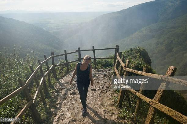 Frau stehend in spray von Chiflon Wasserfall in Chiapas, Mexiko