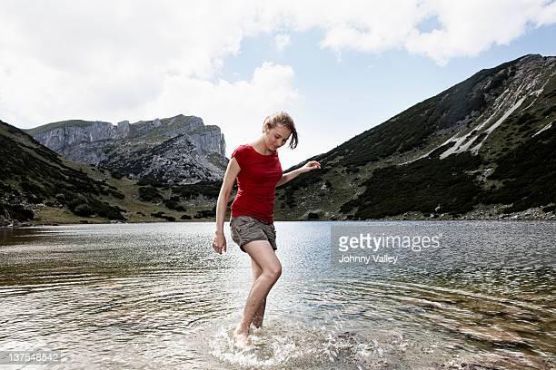 Frau stehend in noch lake