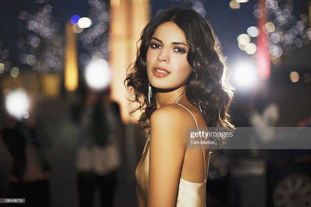 Woman standing on city street at night : ストックフォト