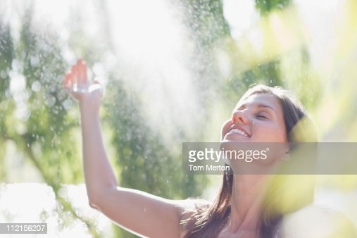 Pies femeninos al aire libre