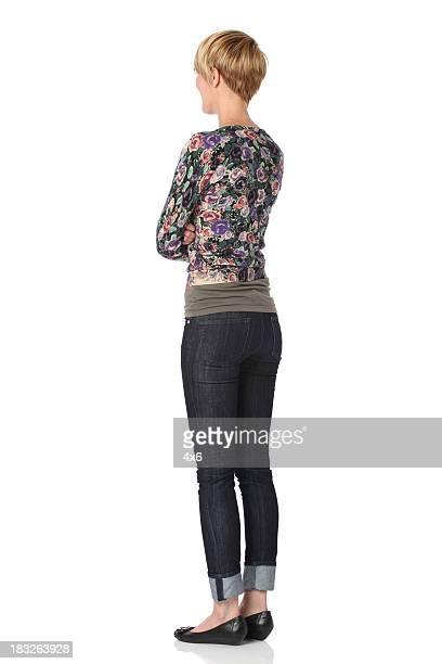 Donna in piedi con le braccia incrociate