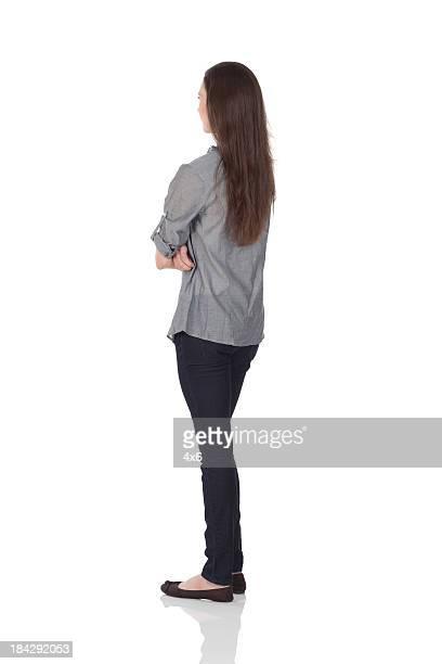 Frau stehend mit Arme verschränkt