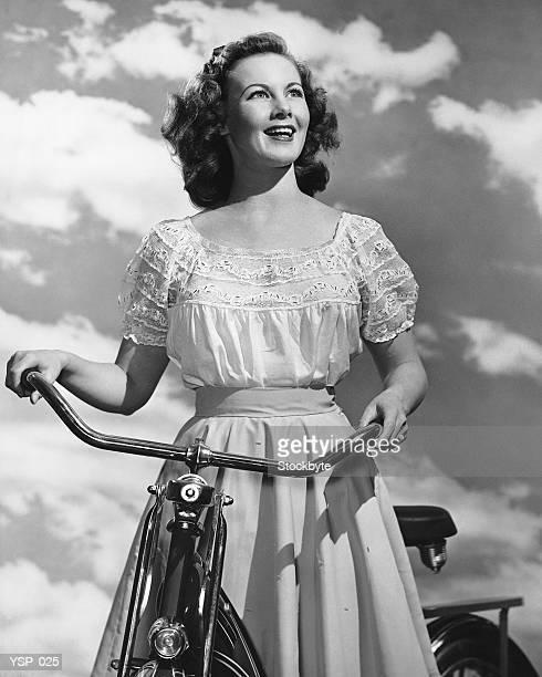 Donna in piedi in bicicletta
