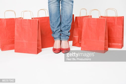 Woman standing with shopping bags : ストックフォト