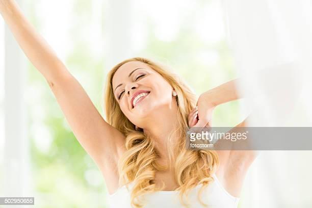 Femme s'étirant les mains, se réveiller