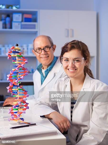 Frau Student mit einem Lehrer in Chemie Laboratory