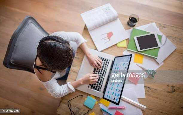 女性自宅で勉強する