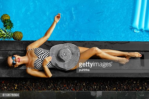 Woman Summer Fashion. Sexy Girl Sunbathing By Swimming Pool. Beaty : Stock-Foto