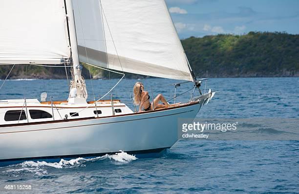 Frau Sonnenbaden auf einem sloop Reise durch die Karibik