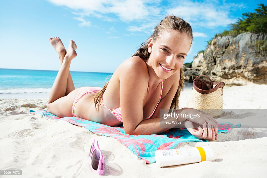 Woman sunbathing on beach : Stockfoto