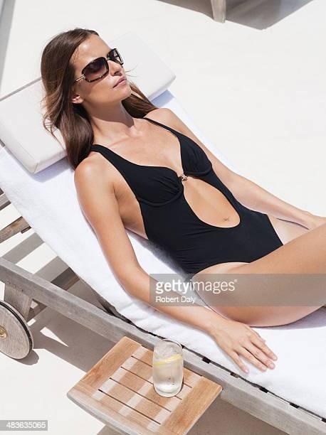 Donna, prendere il sole con occhiali da sole