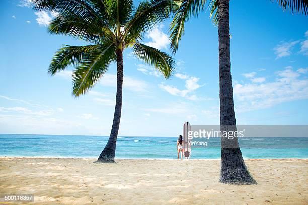 Frau Surfer auf tropische Paradies-Strand