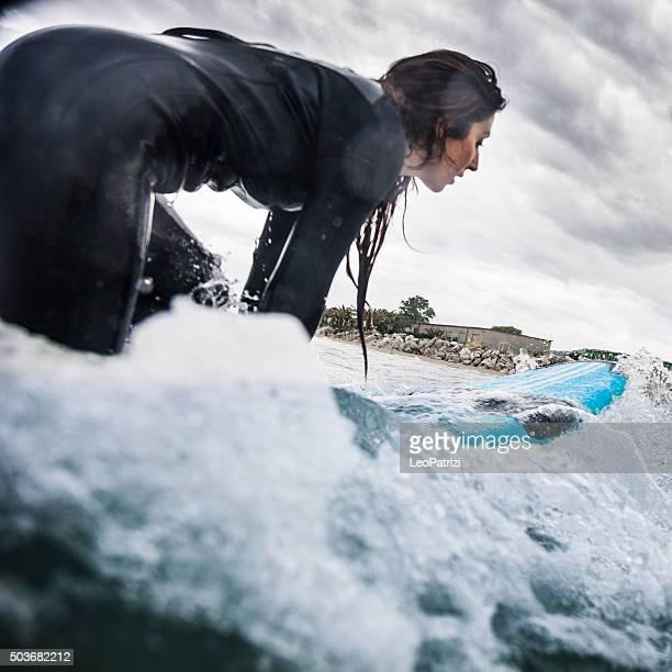 Donna fare surf nell'oceano