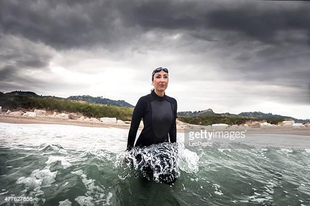 Donna nuotatore pronti a saltare nell'oceano