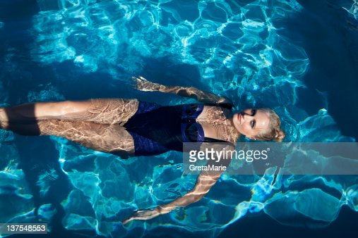 Femme nager dans la piscine photo getty images - Nager dans la piscine ...