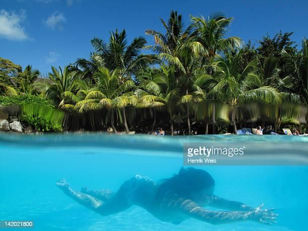 Femme nager dans l'océan tropical