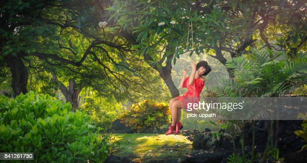 Frau schwingen in Sonne beleuchteten park