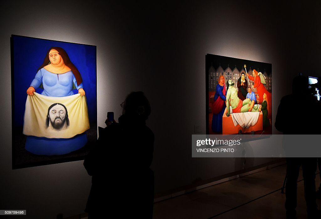 A woman takes photos the painting 'Veronica' by Colombian artist Fernando Botero on February 12, 2016 during the 'Via Crucis' exhibition at Rome's Palazzo delle Esposizioni. The exhibition runs until May 1, 2016. / AFP / Vincenzo PINTO / RESTRICTED TO EDITORIAL USE - MANDATORY MENTION OF THE ARTIST UPON PUBLICATION - TO ILLUSTRATE THE EVENT AS SPECIFIED IN THE CAPTION