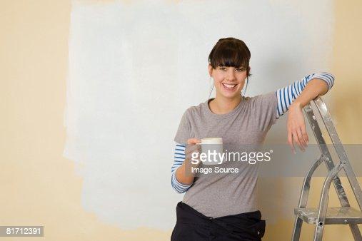 Donna prendendo una pausa dalla decorazione