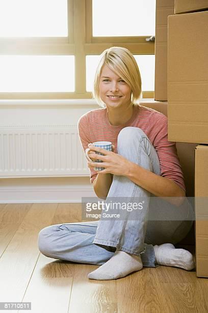 Frau, die eine Pause vom moving in