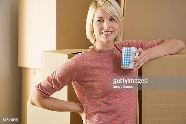 Femme prenant une pause de se déplacer