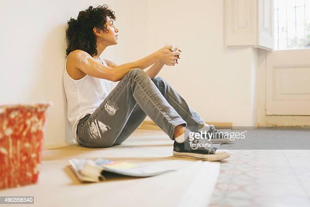 Frau, die eine Pause während der Malerarbeiten apartment.