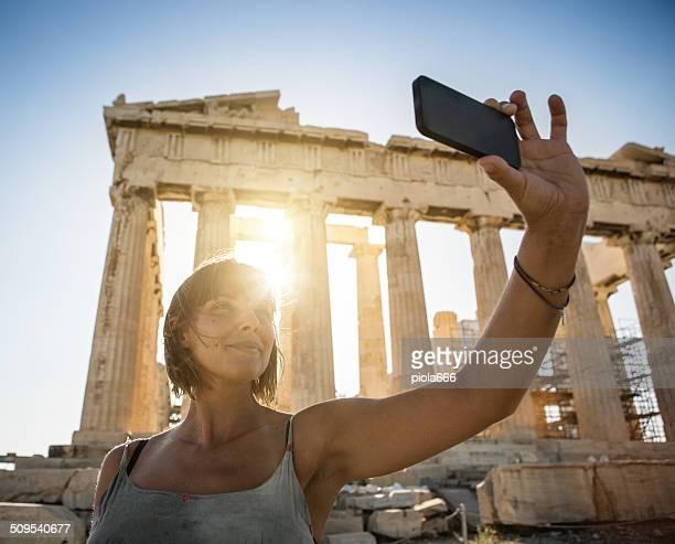 Femme prenant un selfie devant le Parthénon