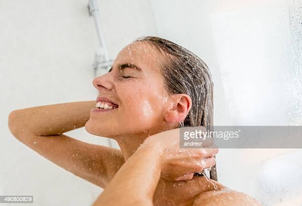 Frau eine Dusche
