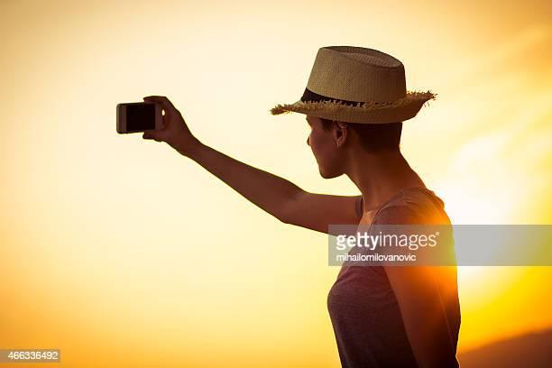 Foto de mujer tomando con smartphone de valet