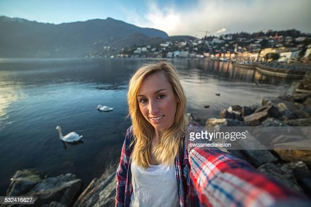 Mulher tomando selfie com Lago de montanha Paisagem atrás da cidade