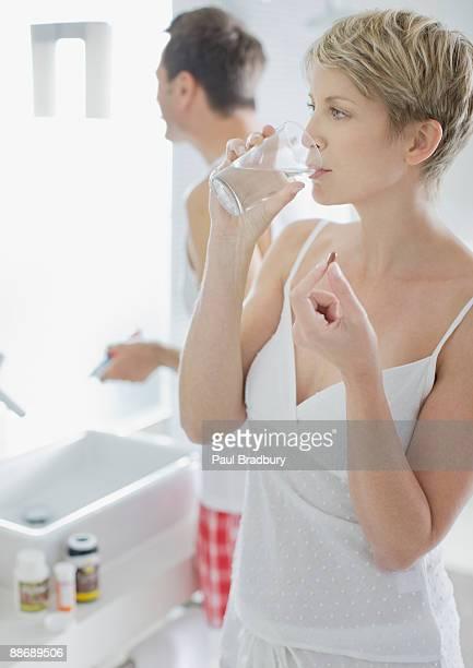 Frau Vitaminen in den Tag