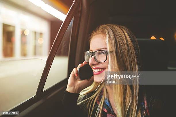 Femme parlant sur téléphone portable dans la voiture lorsque vous voyagez