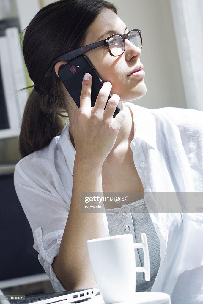Frau reden auf Handy im Büro : Stock-Foto