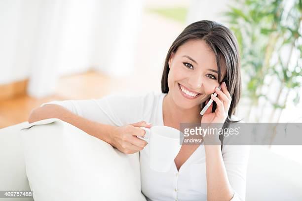 Femme parlant sur le téléphone à la maison