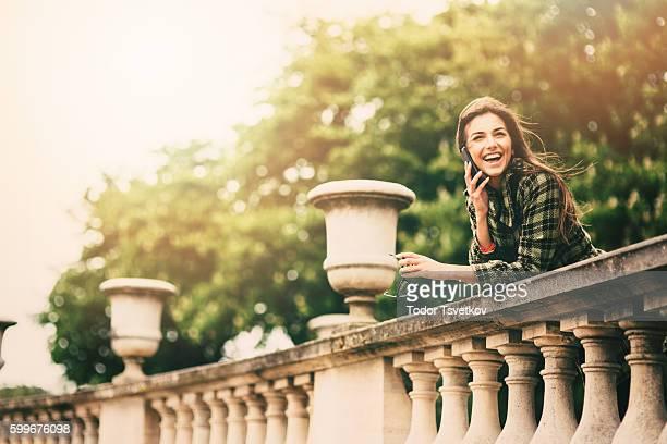 Femme parlant au téléphone, à Paris