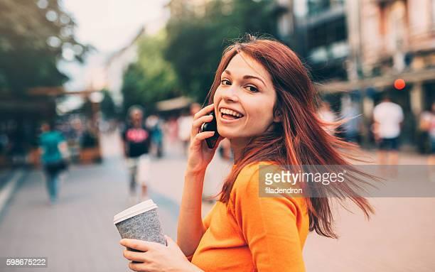 、電話で話している女性