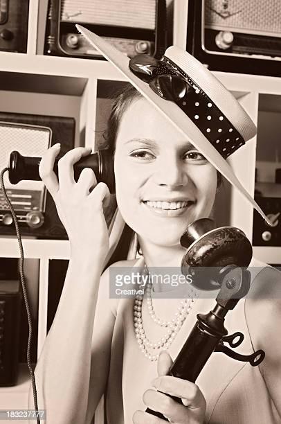 Femme parlant sur un téléphone vintage