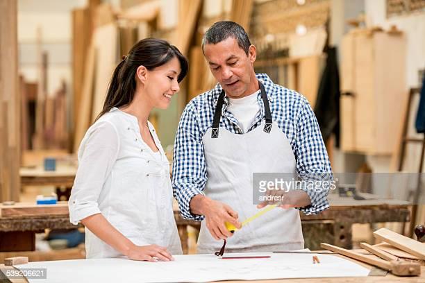 Mulher a falar de carpinteiro de mobiliário