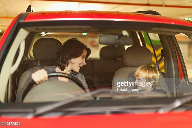 女性に話すの息子をドライブ