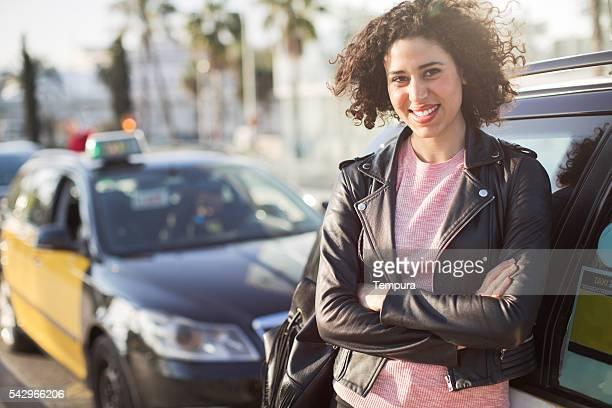 女性彼女のタクシー運転手へのお車による送迎です。